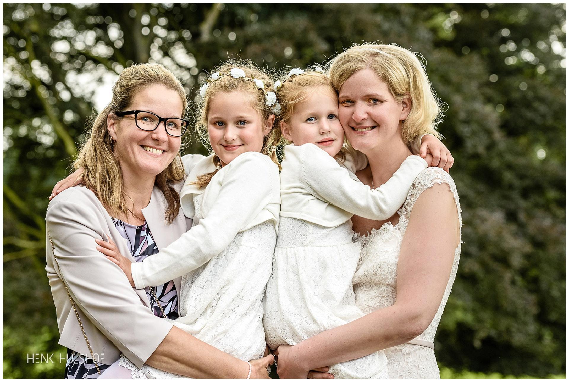 bruid met zus en nichtjes